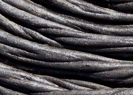imagen de colada de lava similar a las cuerdas negras para ukelele bajo